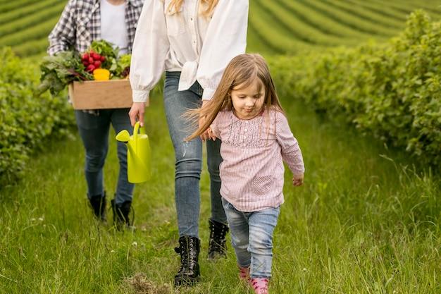 Familia de primer plano en tierras de cultivo