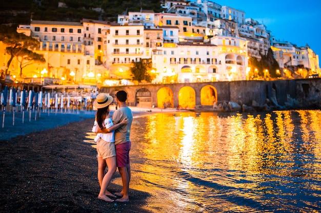 Familia en puesta de sol en la ciudad de amalfi en italia