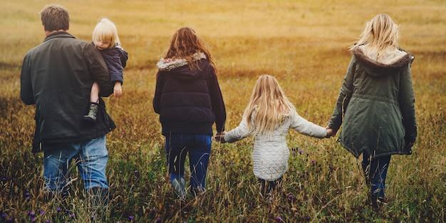 Familia que camina campo naturaleza concepto de la unidad