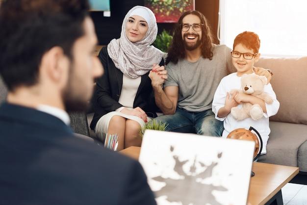 Familia en la recepción en la oficina de psicoterapeuta