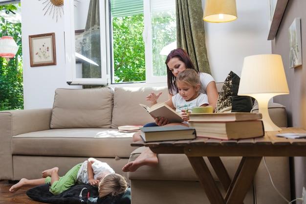 Familia, relajante, juntos, lectura, habitación