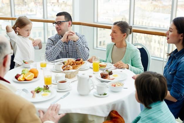 Familia en restaurante