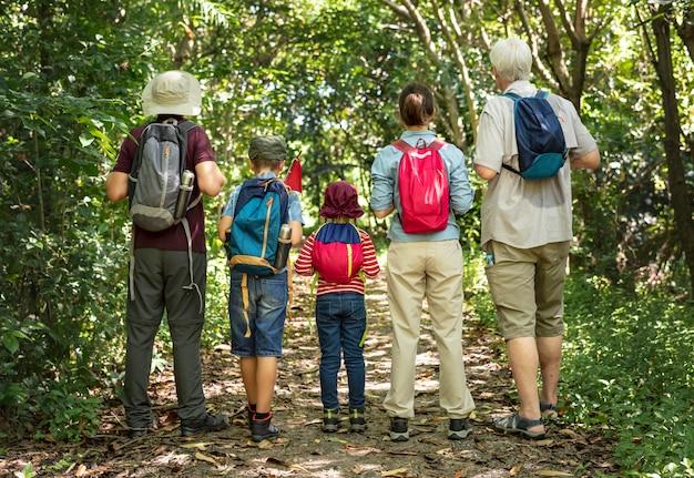 Familia de senderismo en un bosque