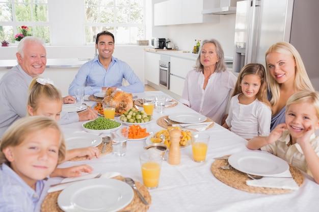 Familia sentada para la cena
