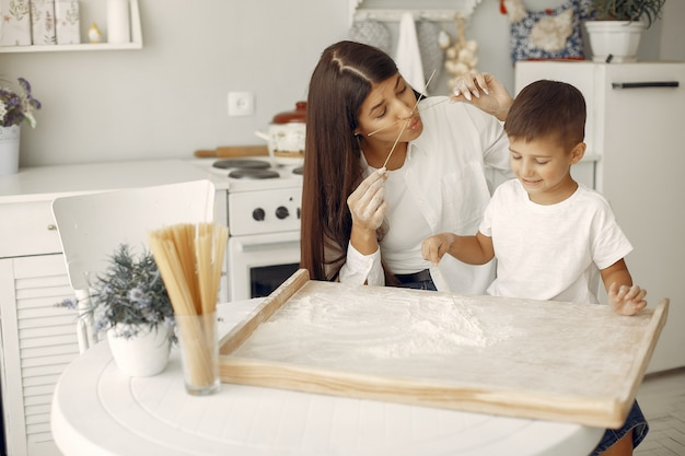 Familia sentada en una cocina y cocinar la masa para galletas