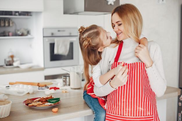 Familia sentada en una cocina con galletas
