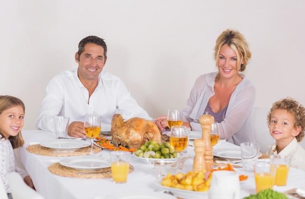 Familia sentada en la mesa para comer