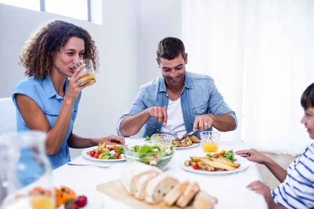 Familia sentada en la mesa del desayuno
