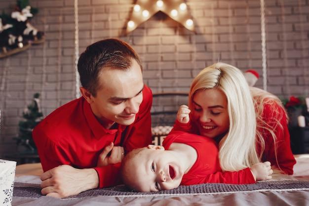 Familia sentada en su casa en una cama