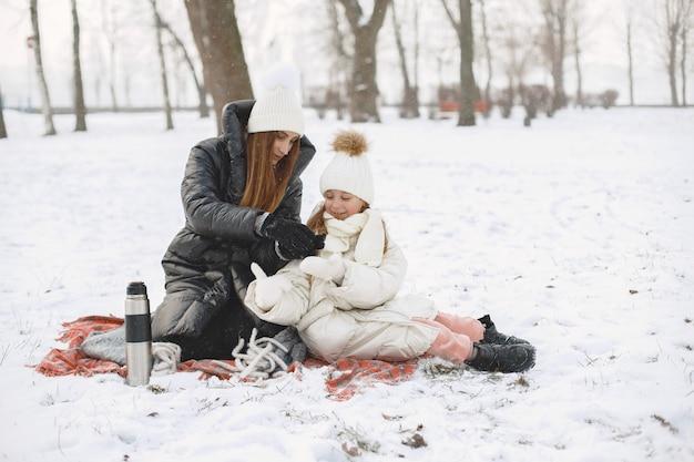 Familia en sombreros de invierno tejidos de vacaciones