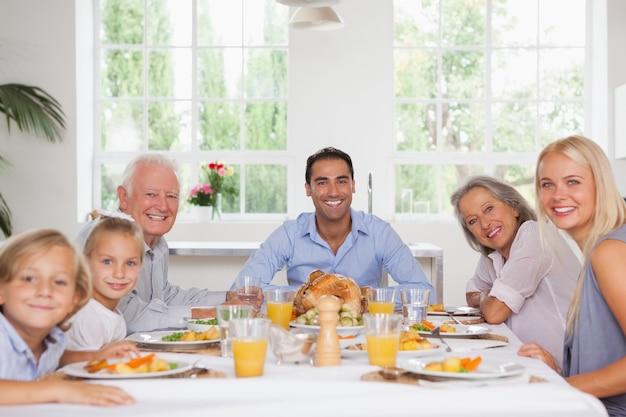 Familia sonriendo en acción de gracias