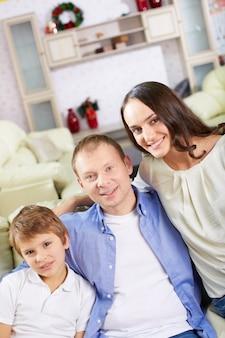 Familia sonriente en navidad