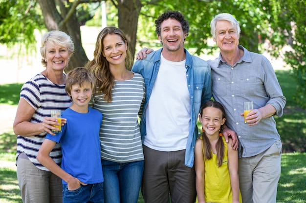 Familia sonriente de pie