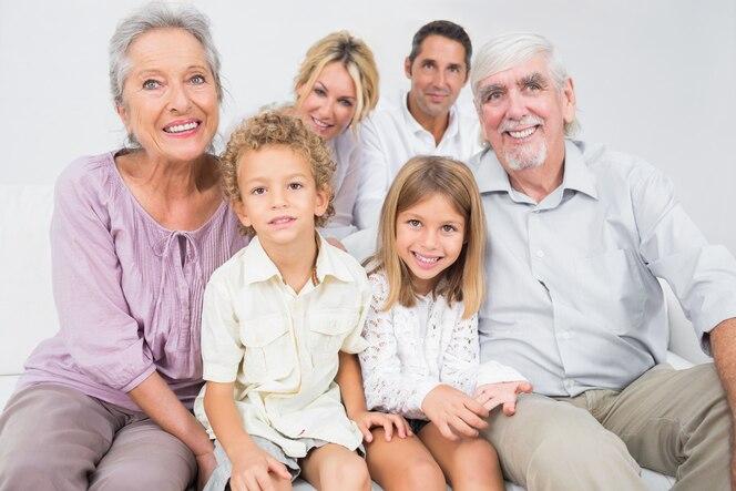 Familia sonriente posando para una foto