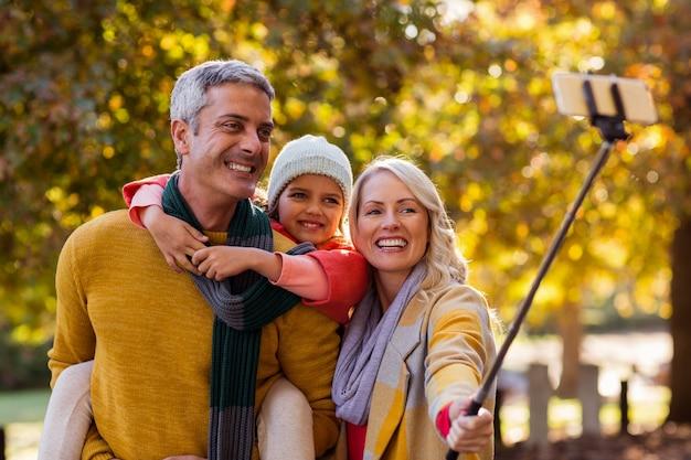 Familia sonriente tomando selfie