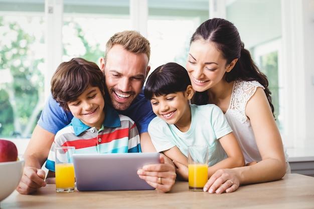Familia sonriente usando una tableta digital