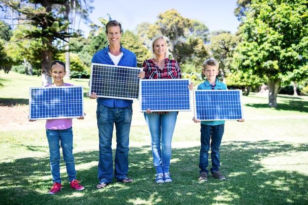 Familia sosteniendo un panel solar