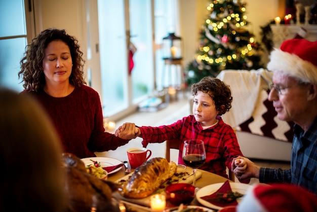Familia teniendo una cena de navidad