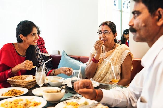 Familia teniendo comida india