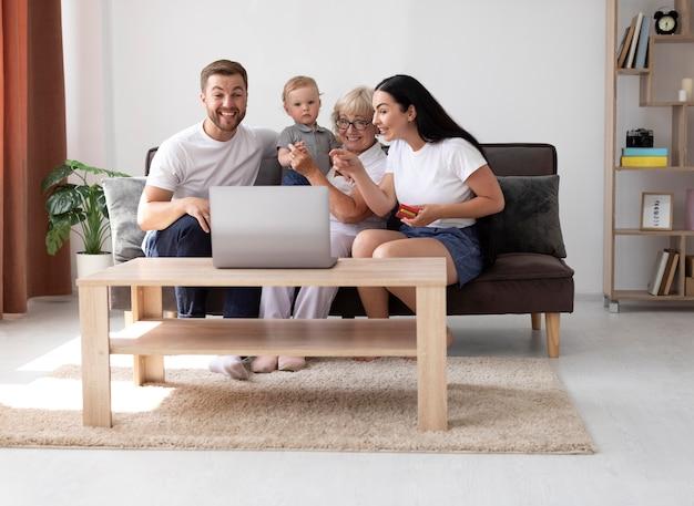 Familia teniendo una videollamada en casa