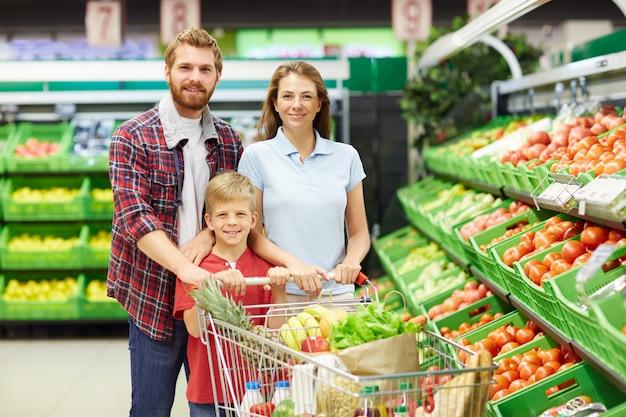 Familia en tienda de abarrotes