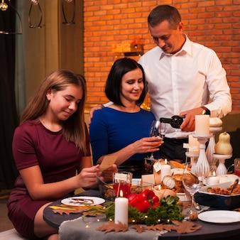 Familia de tiro medio en comida de acción de gracias