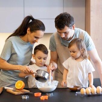 Familia de tiro medio haciendo masa