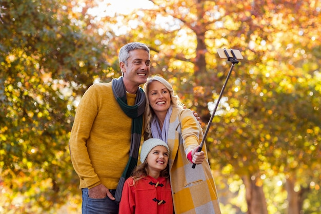 Familia tomando selfie contra árboles