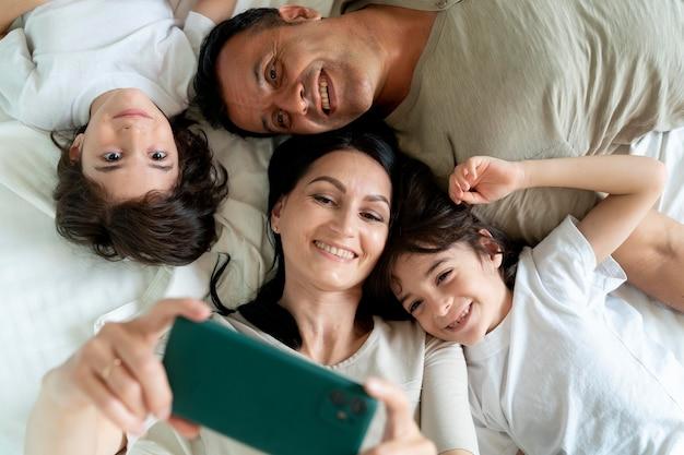 Familia tomando un selfie con un teléfono inteligente
