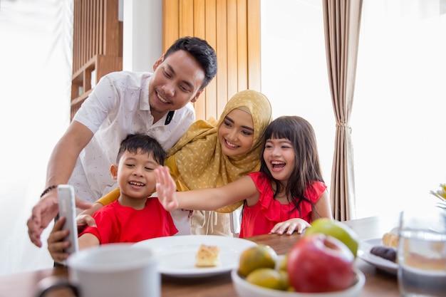 Familia tome fotos juntos