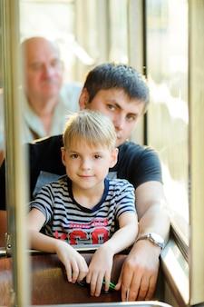 Familia en un transporte público