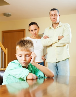 Familia de tres con adolescente teniendo conflicto