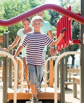 Familia de tres supera pista de obstáculos