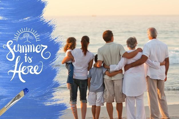 Familia unida en la orilla del mar