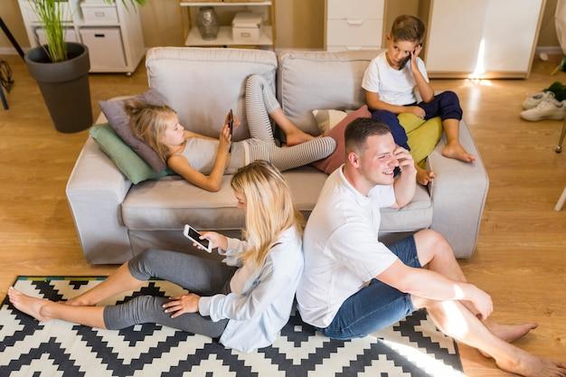 Familia unida pero pasar tiempo en los teléfonos