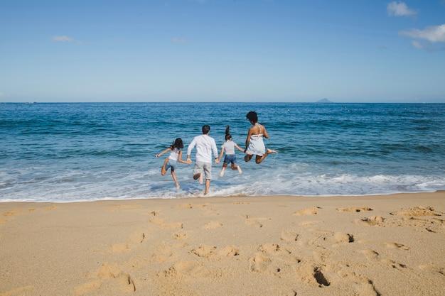 Familia en vacaciones felices