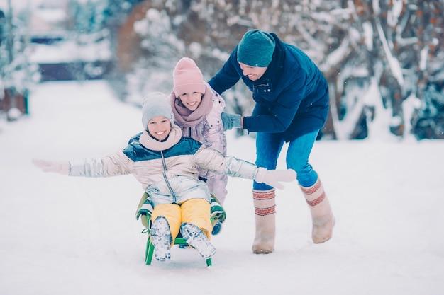 Familia de vacaciones de papá e hijos en invierno al aire libre