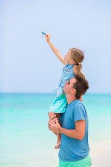 Familia durante vacaciones en la playa en áfrica