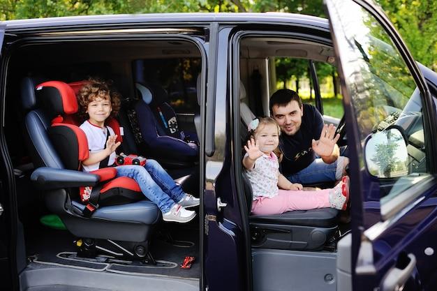 La familia se va de viaje en minivan.