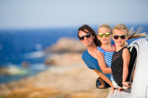 Familia en viaje de vacaciones en coche. vacaciones de verano y concepto de viaje en coche
