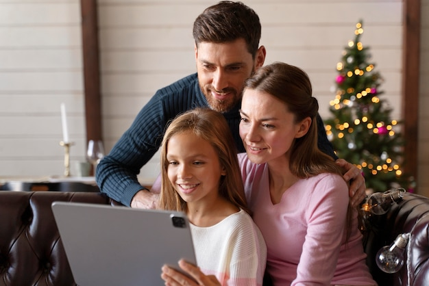 Familia viendo un video en su tableta el día de navidad