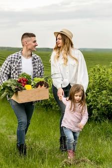 Familia visitando tierras de cultivo