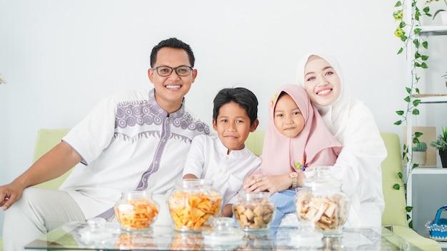 Las familias musulmanas asiáticas celebran el eid juntas mientras disfrutan de una comida