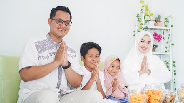 Las familias musulmanas asiáticas celebran el eid juntas mientras disfrutan con gestos de disculpa