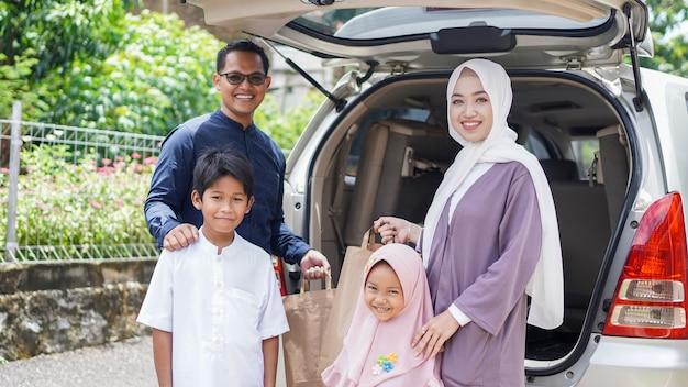 Las familias musulmanas viajan de regreso a sus lugares de origen en automóvil para celebrar el eid