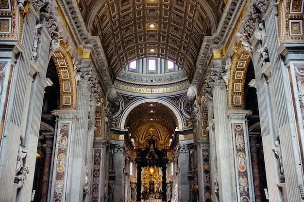 Famosa basílica histórica papal de san pedro en la antigua ciudad del vaticano