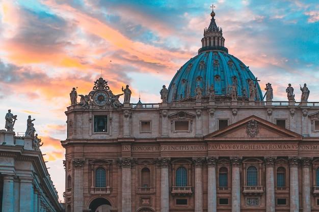 La famosa basílica de san pedro en la ciudad del vaticano y el cielo con hermosos colores detrás