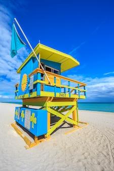 Famosa casa de salvavidas en un típico estilo art deco colorido, miami beach