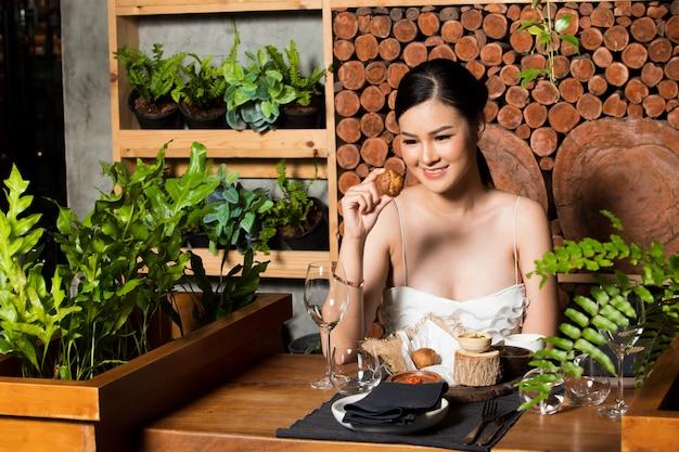 Famosa celebridad asiática revisión de la mujer de fusión de madera