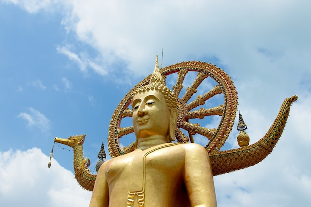 La famosa estatua histórica de buda tocando el cielo en el templo wat phra yai, tailandia